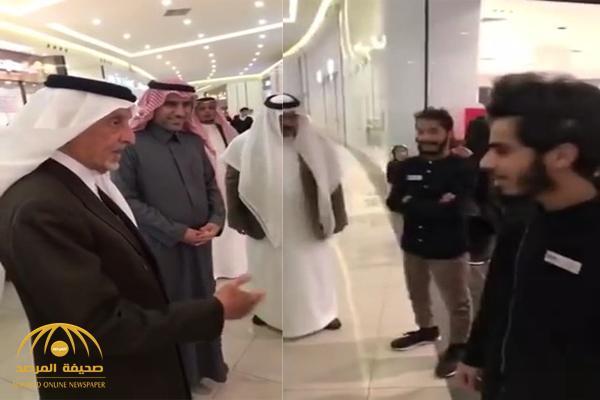 بالفيديو : خالد الفيصل يسأل بائع سعودي بالطائف حول عدم ارتداءه الزي السعودي !