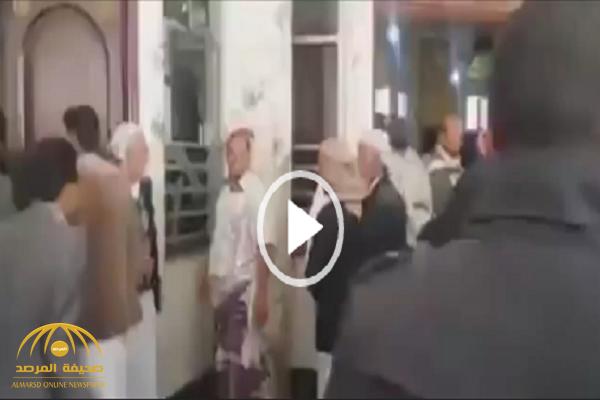 شاهد.. ماذا فعل المصلون بخطيب حوثي صعد منبر مسجد في صنعاء دون رضاهم؟!