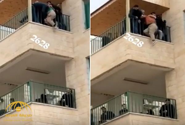 شاهد: طالبة تتدلى من شرفة مبنى كلية بجامعة اليرموك الأردنية وتحاول الانتحار!