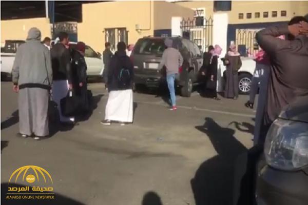 بالفيديو .. وكيل مدرسة يغلق الباب على الطلاب ويمنعهم من الدخول في أبها