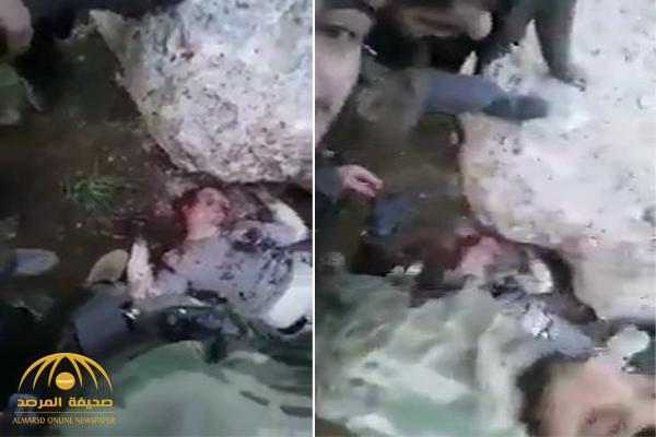 شاهد .. أول فيديو لجثة الطيار الروسي بعد إسقاط طائرته في إدلب