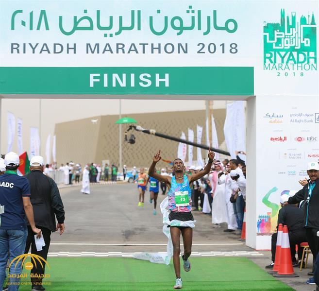 """في ماراثون """"الرياض"""".. شاهد بالفيديو: أثيوبي يطير بجائزة """"المليون ريال"""" ومواطن بـ """"سيارة"""""""