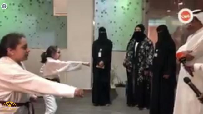 """بالفيديو: فتاتان تقدمان عرضًا للكاراتيه في جناح """"التعليم"""" بـ """"الجنادرية 32"""".. شاهد: رد فعل نائب الوزير"""
