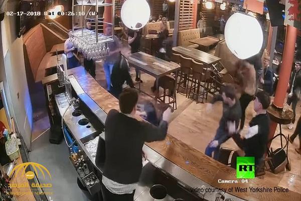 شاهد .. مضاربة عنيفة بين رجال ونساء داخل حانة في بريطانيا