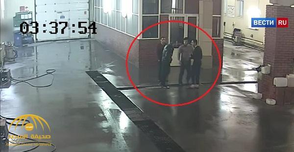 شاهد ..  لكمة خاطفة تقتل  رجل داخل مغسلة سيارات !