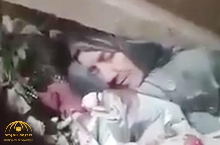 """""""سامحيني يا أمي ماني قادر انقذك """" .. شاهد : سوري يصرخ بعد أن فقد أمه تحت أنقاض منزلها"""