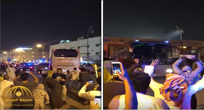 شاهد.. جماهير النصر تهاجم حافلة اللاعبين بعد مباراة الباطن!