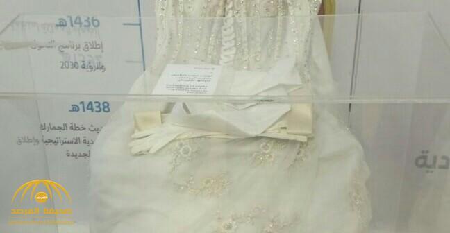 """فستان زفاف في """"الجنادرية"""" يخطف أنظار الزوار ويثير التساؤلات.. والجمارك توضح سبب وجوده"""