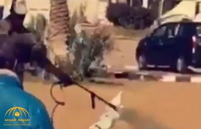 """بعدما علموا بزيارة خالد الفيصل .. شاهد.. رش العشب  بـ""""البوية الخضراء"""" لتغطية الفراغات في الطائف!"""