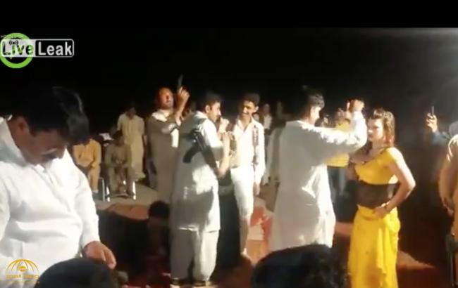 بالفيديو.. شاب يفقد السيطرة على سلاحه ويقتل 3 أشخاص أثناء حفل زفاف