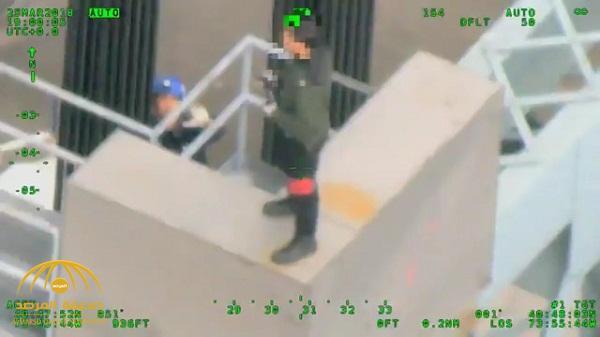 بالفيديو .. لحظة إنقاذ شخص حاول الانتحار بالقفز من أعلى جسر بأمريكا
