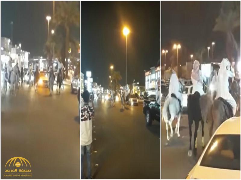 شاهد.. خيول تزف عروسين في شارع بالمدينة