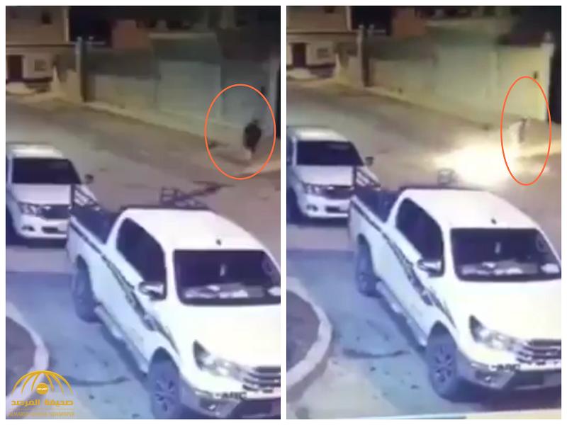 """شاهد بالفيديو: شخص يقوم بحرق سيارة أمام منزله خفية.. و""""طرق الرياض"""" تعلق بتوجيه نصيحة للمواطنين"""