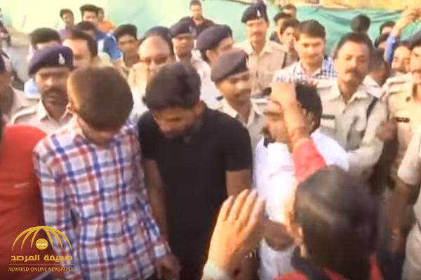 "شاهد: نساء يضربن ""شباب"" في شوارع الهند"
