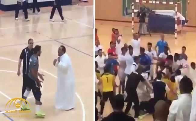 شاهد .. هوشة جماعية بين اللاعبين والجمهور  وضرب حكم مباراة كرة طائرة بالكويت