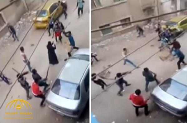 شاهد: مشاجرة جماعية بالأسلحة البيضاء والعصي بين شبان مصريين في الشوارع!