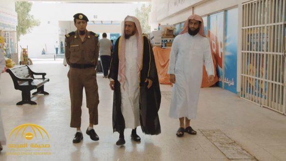 كاتب سعودي :  إغلاق المحلات وقت الصلاة بدعة لم توجد في زمن النبوة!