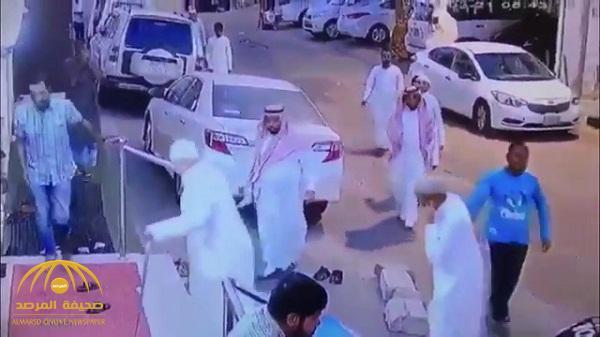 """شاهد .. عصابة """"تنشل"""" المصلين أمام مسجد بالمملكة"""