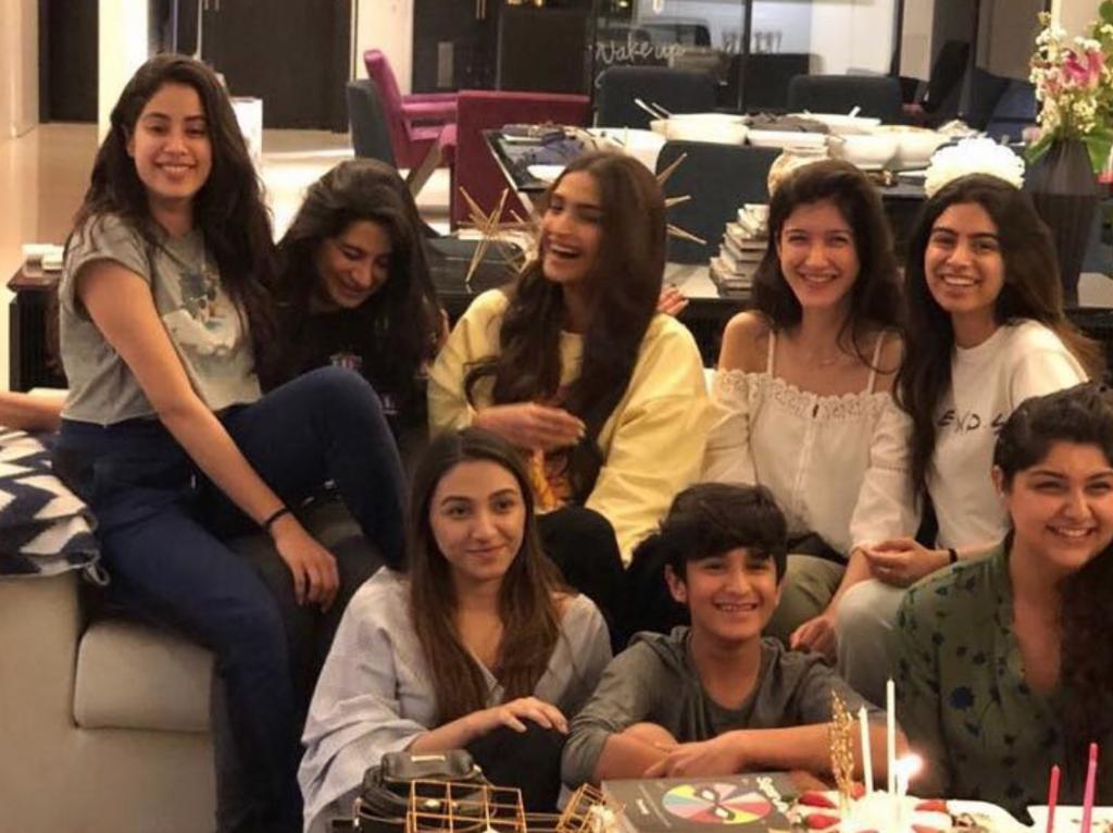 """شاهد.. ابنة الممثلة الهندية الراحلة """"سريديفي"""" تحتفل بعيد ميلادها بعد أيام قليلة من وفاة والدتها!"""