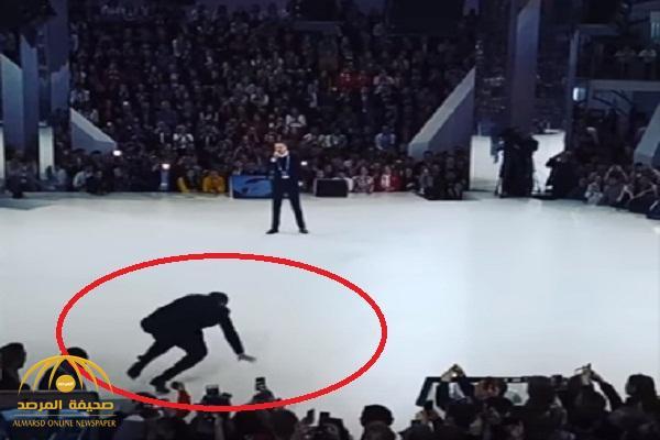 شاهد : لحظة سقوط وزير الخارجية الروسي على المسرح .. هكذا غطى على إحراجه