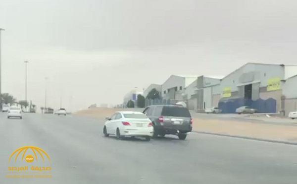 بالفيديو .. شاهد كيف انتهت مطاردة بين 3 سيارات على طريق سريع بالمملكة