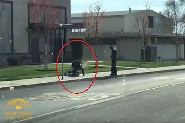 من مسافة قريبة .. شاهد ضابط أمريكي يلاحق رجل أسمر ويقتله في الشارع !