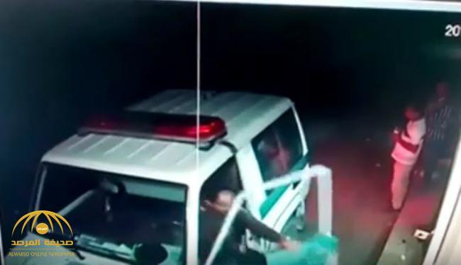 شاهد رجل أمن يباغت مروج مخدرات يقف أمام بقالة في رجال ألمع ويلقي القبض عليه
