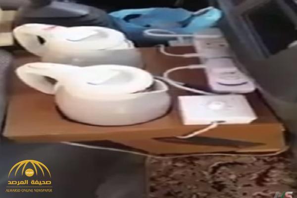 """بالفيديو.. مواطن يصمم مطبخًا مصغرًا داخل سياراته يستخدمه أثناء القيادة يثير جدلًا واسعًا على """"التواصل""""!"""