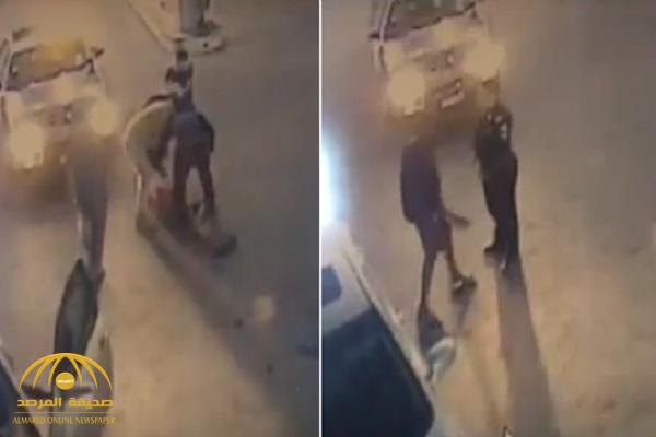 شاهد: شابان يساعدان رجل أمن للسيطرة على شخص في حالة غير طبيعية بتبوك!