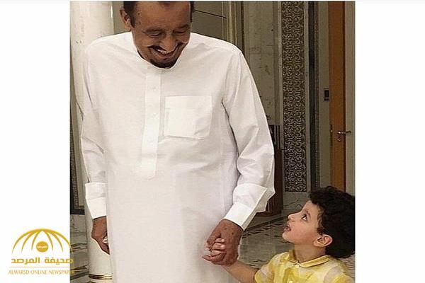 شاهد .. صورة عفوية لخادم الحرمين مع أحد أحفاده
