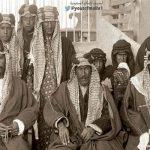 """شاهد.. صورة نادرة للملك """"عبد العزيز""""  قبل 100عام  وبجانبه يجلس عدد من  الأمراء"""