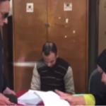 """بالفيديو..""""عادل إمام """" يمازح موظفة أثناء مشاركته في الانتخابات.. وهكذا علق على وزنها الزائد!"""
