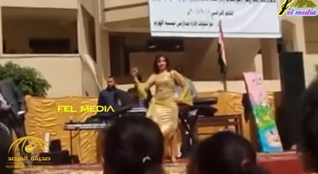 بالفيديو والصور .. مدرسة مصرية تستعين براقصتين في حفل لتكريم المتفوقين