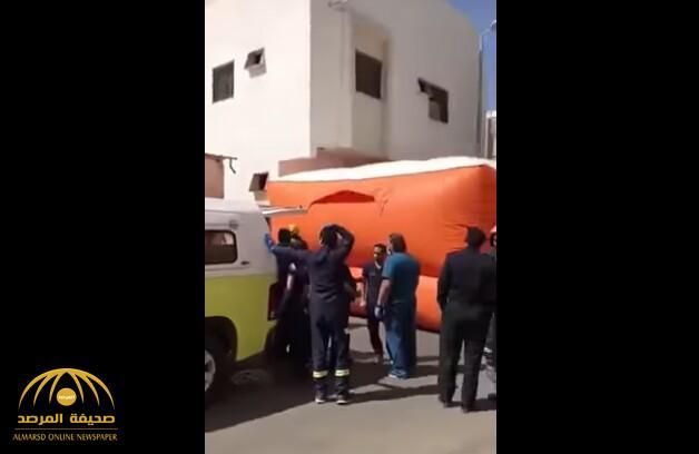 شاهد بالفيديو.. شاب يحاول الانتحار من فوق سطح عمارة سكنية في تبوك