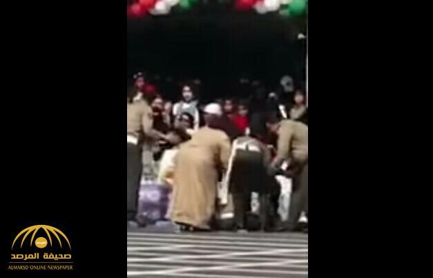 شاهد بالفيديو.. لحظة سقوط عسكري بشكل مفاجئ أثناء مرور موكب أمير الكويت