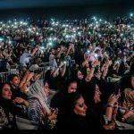"""بالفيديو والصور .. شاهد حضور  جمهور نسائي غير مسبوق لحفل الفنان """"تامر حسني""""  بجدة"""