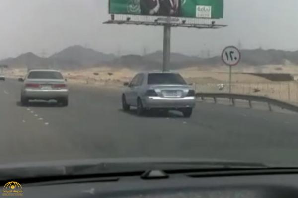 """شاهد .. فيديو وثقه """"مواطن"""" يكشف لغز  مطاردة ومراوغة بين سيارتين على طريق جدة مكة السريع!"""