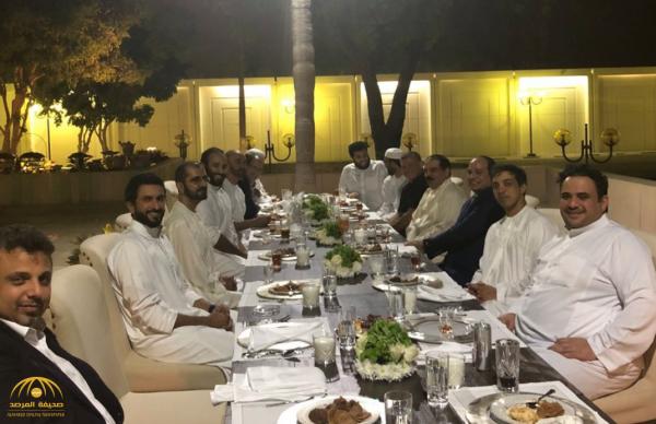 """القحطاني ينشر """"صورة فريدة"""" تجمع """"ولي العهد"""" وعدد من الزعماء العرب على مأدبة عشاء"""