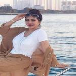 لجين عمران تشارك جمهورها مجموعة صور على يخت بملابس صيفية.. شاهد كيف ظهرت!