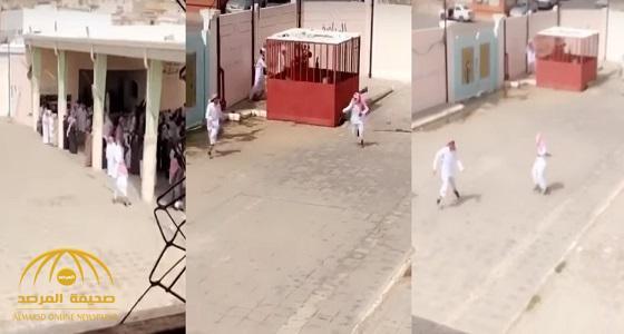 بالفيديو .. آخر ما وصلت إليه التحقيقات في واقعة المعلم الذي طارد الطلاب بفناء المدرسة بعسير