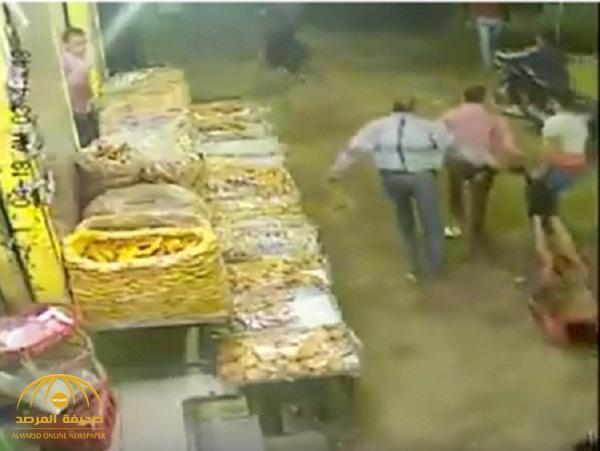 شاهد .. فيديو صادم لأشخاص يقتلون شاباً مصرياً ويسحلونه في الشارع أمام المارة