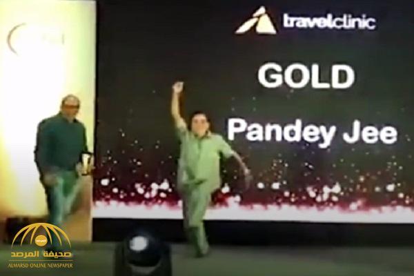 شاهد لحظة وفاة رجل أعمال هندي أثناء رقصه على مسرح في حفل لتوزيع جوائز