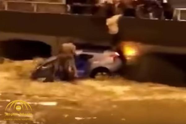 شاهد.. كيف أنقذ شبان قائد مركبة احتجزته السيول في أحد الجسور بمكة!
