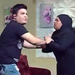 شاهد.. مذيع مصري يضرب ضيفته على الهواء.. وهكذا جاءت ردة فعلها!