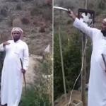 بأدوات بسيطة.. شاهد: سعودي يلجأ لحيلة ذكية لإبعاد الطيور والقرود عن مزرعته!