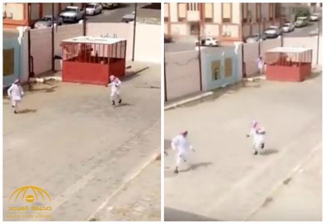 بالفيديو : شاهد .. معلم يضرب ويطارد الطلاب بفناء مدرسة