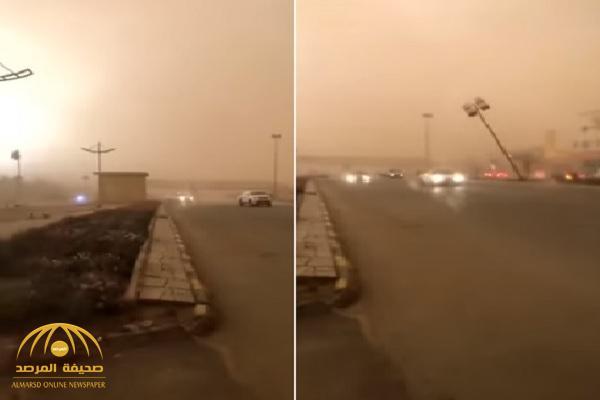 شاهد.. مصير ركاب سيارة تصادف مرورهم أثناء سقوط عمود إنارة بالمنطقة الغربية!