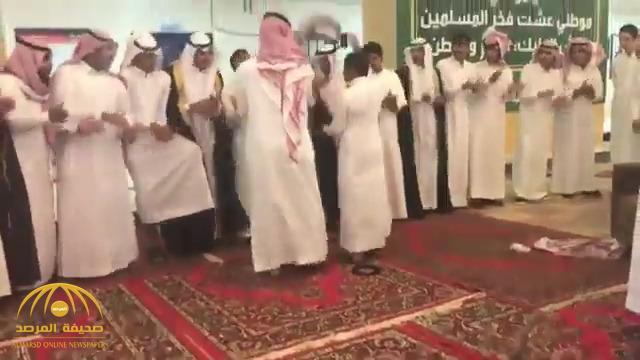 """ألقوا """"الغترة والعقال"""" على الأرض.. شاهد بالفيديو: طلاب ثانوية بـ """"عرعر"""" يرقصون """"الدحة"""""""