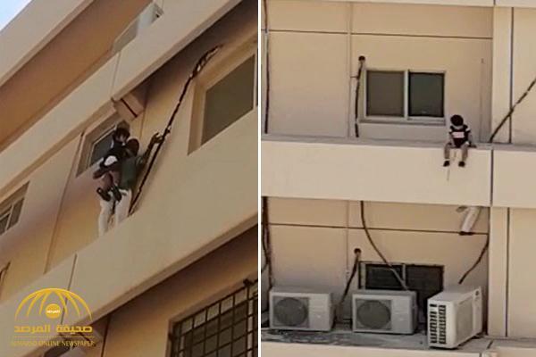 كشف تفاصيل مقطع إنقاذ طفلة قبل السقوط من عمارة بالخبر .. وفيديو جديد للواقعة