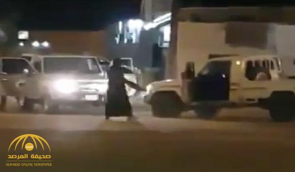 بالفيديو : شاهد تبادل إطلاق نار بين مطلوب يحمل سلاح رشاش  ورجال أمن في جنوب المملكة